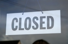 closed-sign-in-a-shop-window