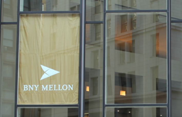 https://upload.wikimedia.org/wikipedia/commons/5/54/Front_of_BNY_Mellon_Center_%283583589876%29.jpg
