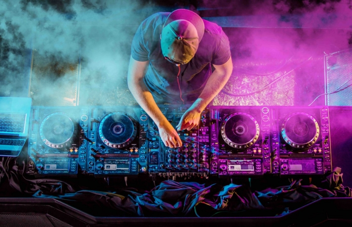https://www.shutterstock.com/image-photo/charismatic-disc-jockey-turntable-dj-plays-415922566?src=wHtmZAGub1YyeNEhkB0eRw-1-22