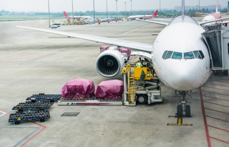 https://www.shutterstock.com/image-photo/loading-cargo-on-plane-airport-view-478051354?src=1rKjgrVz-xeZFEVNo9_fYA-1-1