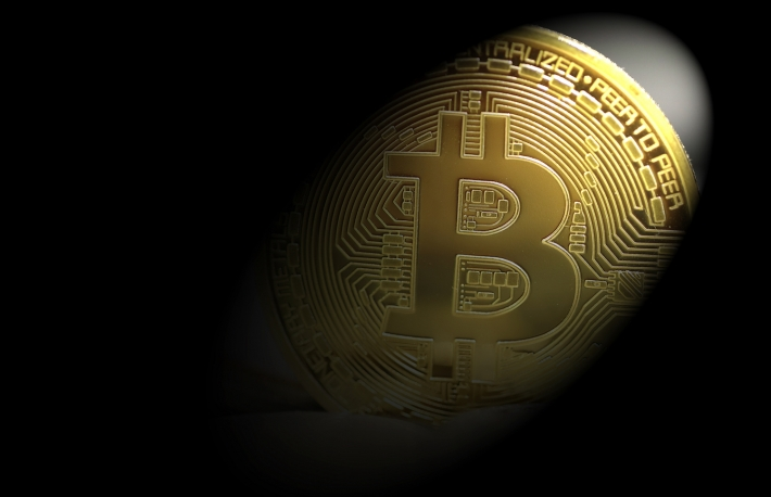 https://www.shutterstock.com/image-photo/golden-bitcoins-spotlight-671902927?src=aK4XgvrAkUYQ2XkJEXv4Nw-1-42