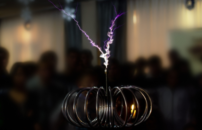https://www.shutterstock.com/image-photo/electric-tesla-invention-coil-current-lightning-541902793?src=Dy3rLGwNrAK71hytlbuugw-1-0