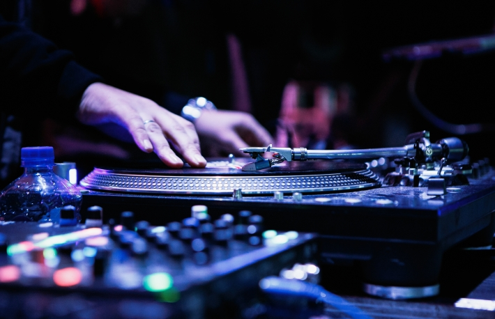 https://www.shutterstock.com/image-photo/moscow1-november2016dj-play-music-hip-hop-532172974?src=UAOOEwf2IHliqmnmadHhMw-1-54