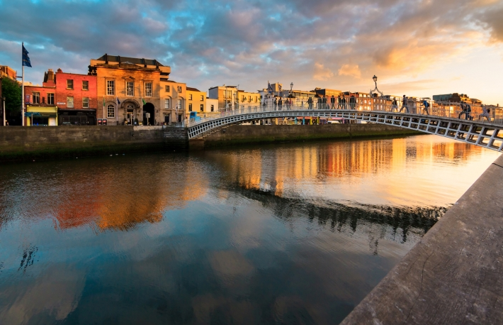 https://www.shutterstock.com/image-photo/hapenny-bridge-dublin-ireland-280310111?src=z5DEqo9VcC0-jwsK78n5SQ-1-0