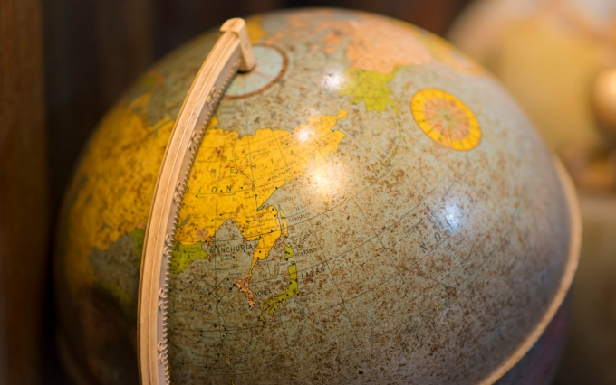 https://www.shutterstock.com/image-photo/focus-old-globe-on-desk-1054323890?src=kUHV-Tc6misuZnwxknnp9A-1-4