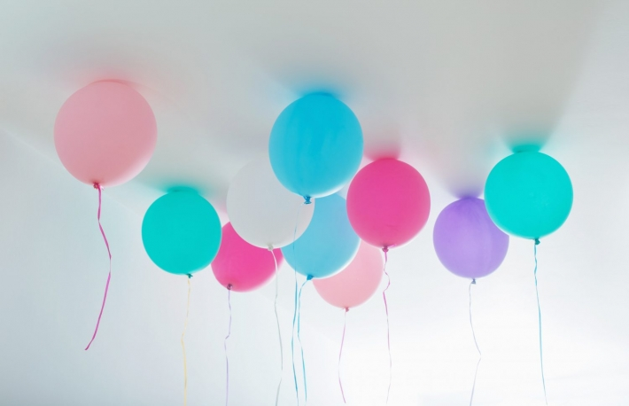 https://www.shutterstock.com/image-photo/balloons-on-white-wooden-background-701285200?src=ALN5ABKMkVBeWwIR_TSIXQ-3-84