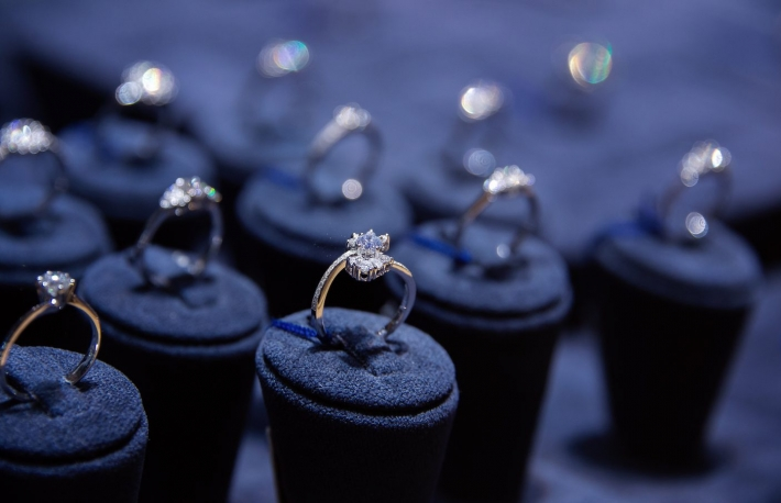 https://www.shutterstock.com/image-photo/fine-luxury-diamond-jewellery-window-display-269360756?src=2rhpKZmxtAyYMOdQN8dkDw-1-76