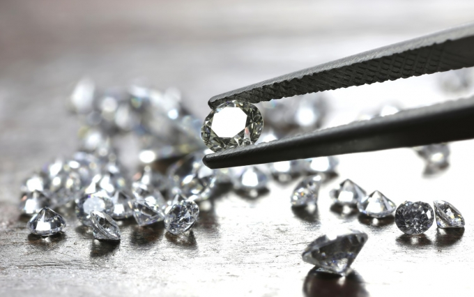 https://www.shutterstock.com/image-photo/brilliant-cut-diamond-held-by-tweezers-1069154252?src=jRj0TMNzTIGOVkQgWsR0FA-1-2
