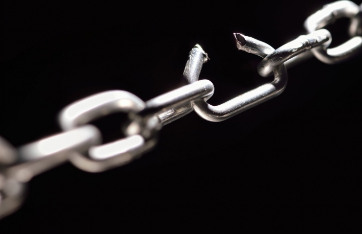 https://www.shutterstock.com/image-photo/iron-chain-one-link-about-break-119991181?src=d3zWKTGgUNNN0llLSfPvBA-1-7