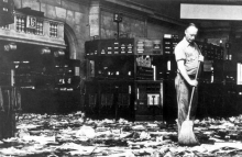 schoonmaker_veegt_de_vloer_na_de_beurskrach_van_1929_-_cleaner_sweeping_the_floor_after_the_wall_street_crash_1929_5372590938