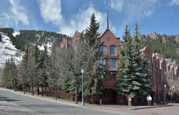 https://commons.wikimedia.org/wiki/File:Aspen_Saint_Regis_Hotel.jpg