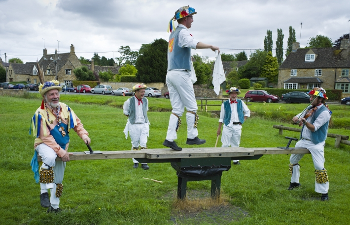morris-dancers-in-the-cotswolds-uk
