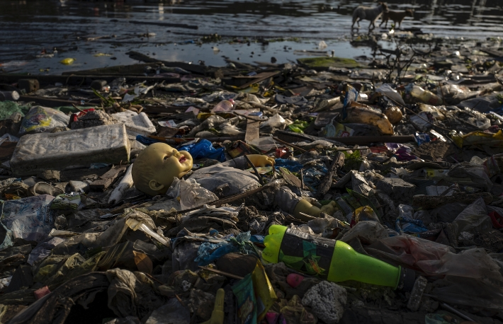filipinos-tackle-plastic-pollution-at-manilas-bay